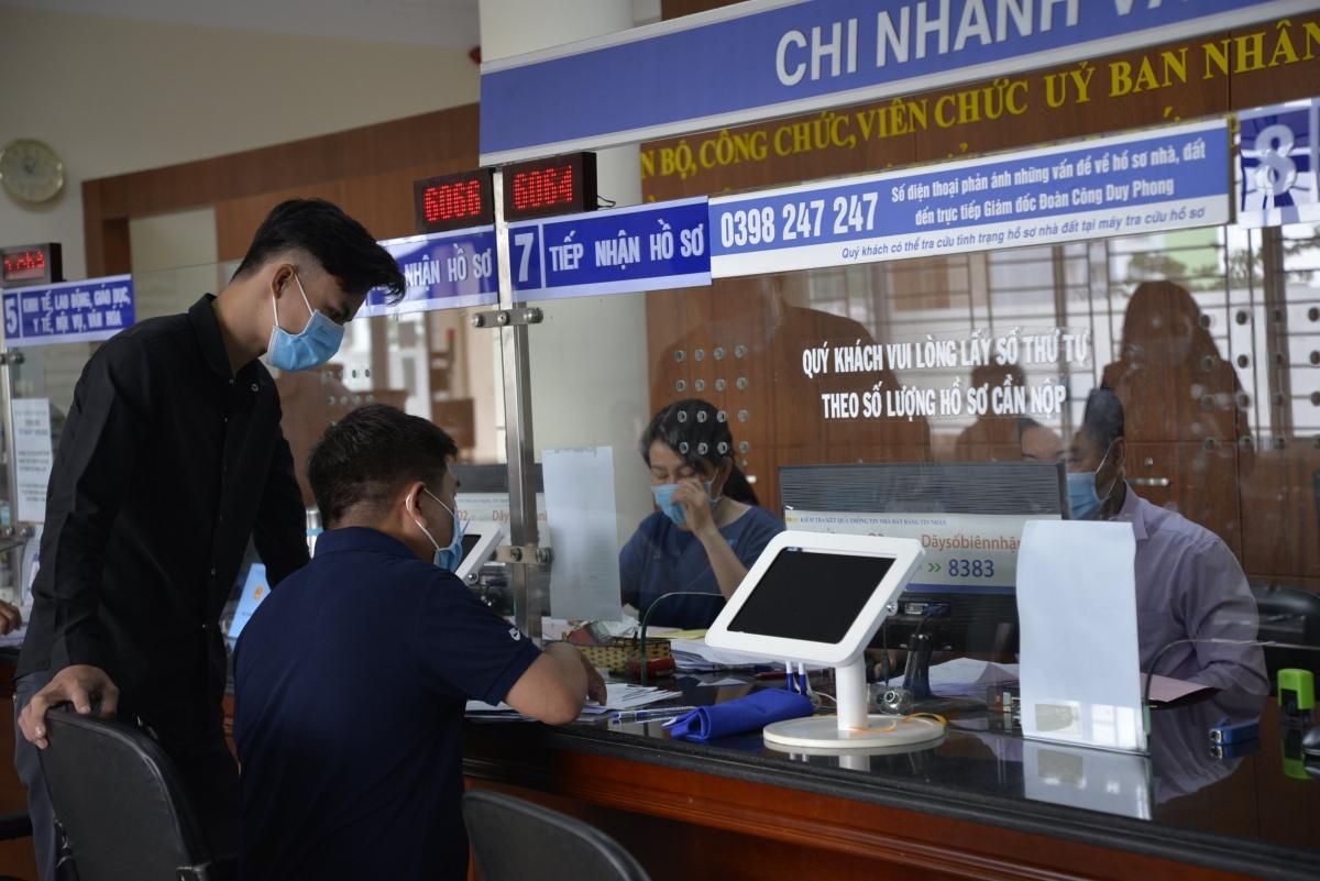 Người dân làm thủ tục thuận lợi tại chi nhánh Văn phòng đăng ký đất đai trong trụ sở UBND TP Thủ Đức