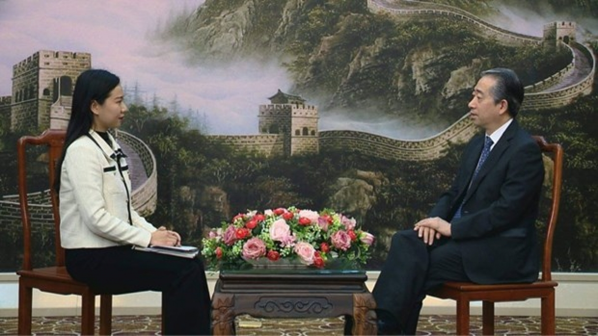Chinese Ambassador Xiong Bo (R) gives an interview to the Vietnam News Agency (Photo: VNA)