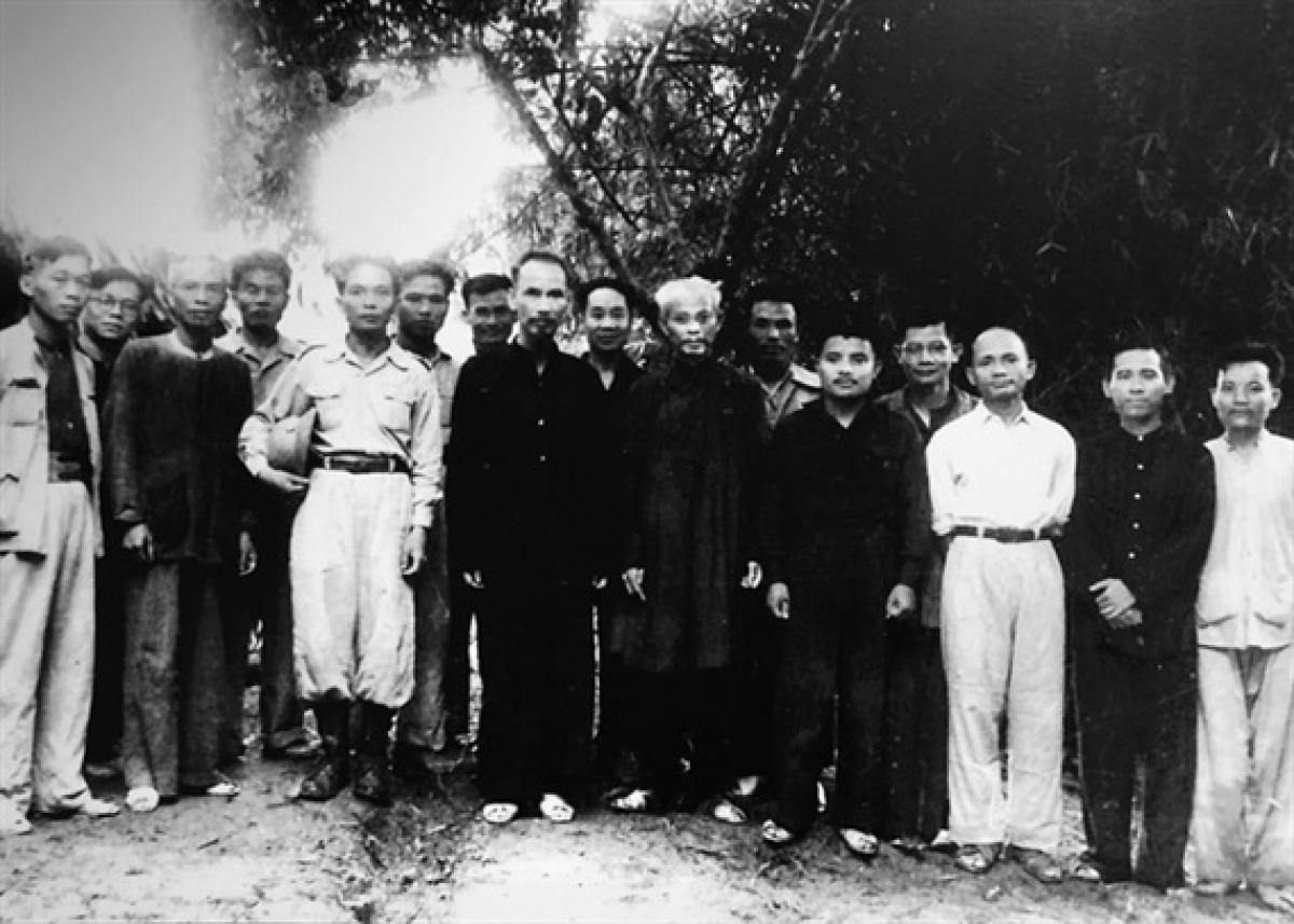 Chủ tịch Hồ Chí Minh cùng Đại tướng Võ Nguyên Giáp và các thành viên Hội đồng Chính phủ năm 1948.