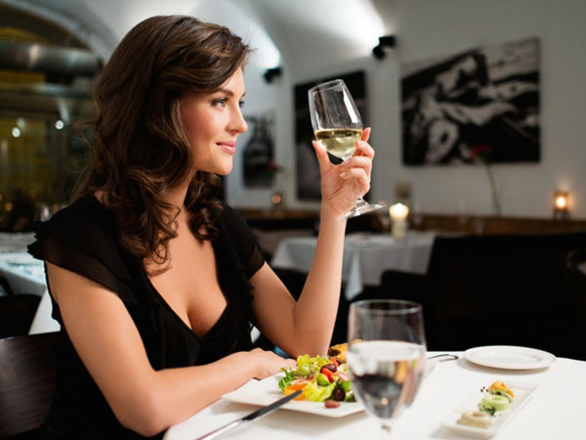 Tránh ngủ ngay sau khi ăn: Đi ngủ ngay sau một bữa ăn thịnh soạn rất có hại cho hệ tiêu hóa nói riêng và sức khỏe nói chung. Chuyên gia khuyến cáo nên để một khoảng thời gian ít nhất 3 tiếng giữa bữa ăn và giấc ngủ./.