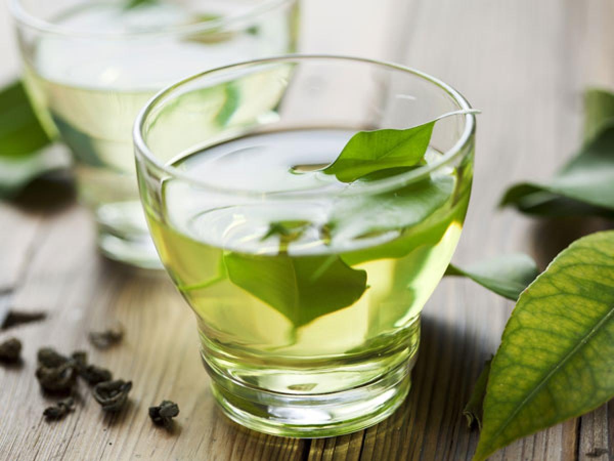 Uống trà xanh: Nghiên cứu cho thấy trà xanh giúp giảm hàm lượng cholesterol trong cơ thể, từ đó giảm nguy cơ mắc các bệnh về tim mạch. Uống trà xanh hằng ngày là một cách hiệu quả để giữ hàm lượng cholesterol trong cơ thể ở mức hợp lý.