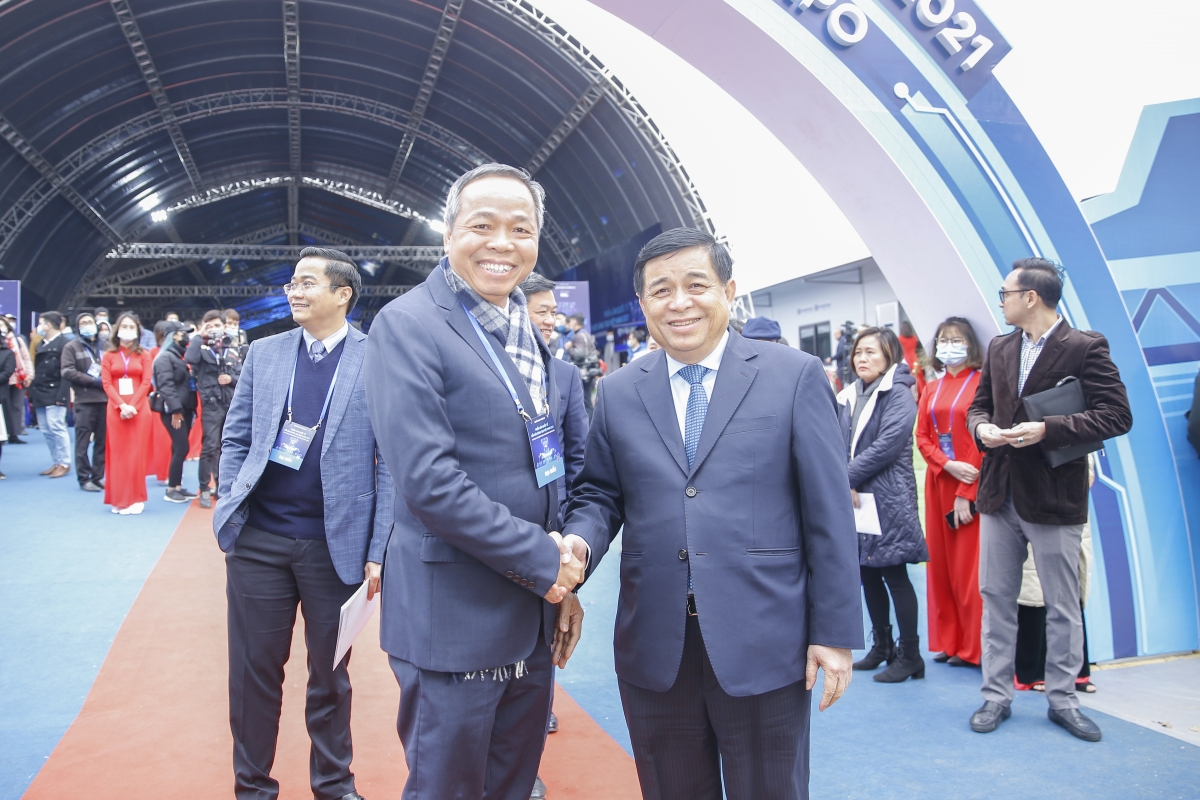 Chủ tịch CMC Nguyễn Trung Chính bắt tay Bộ trưởng Bộ Kế hoạch và Đầu tư Nguyễn Chí Dũng tại Triển lãm.