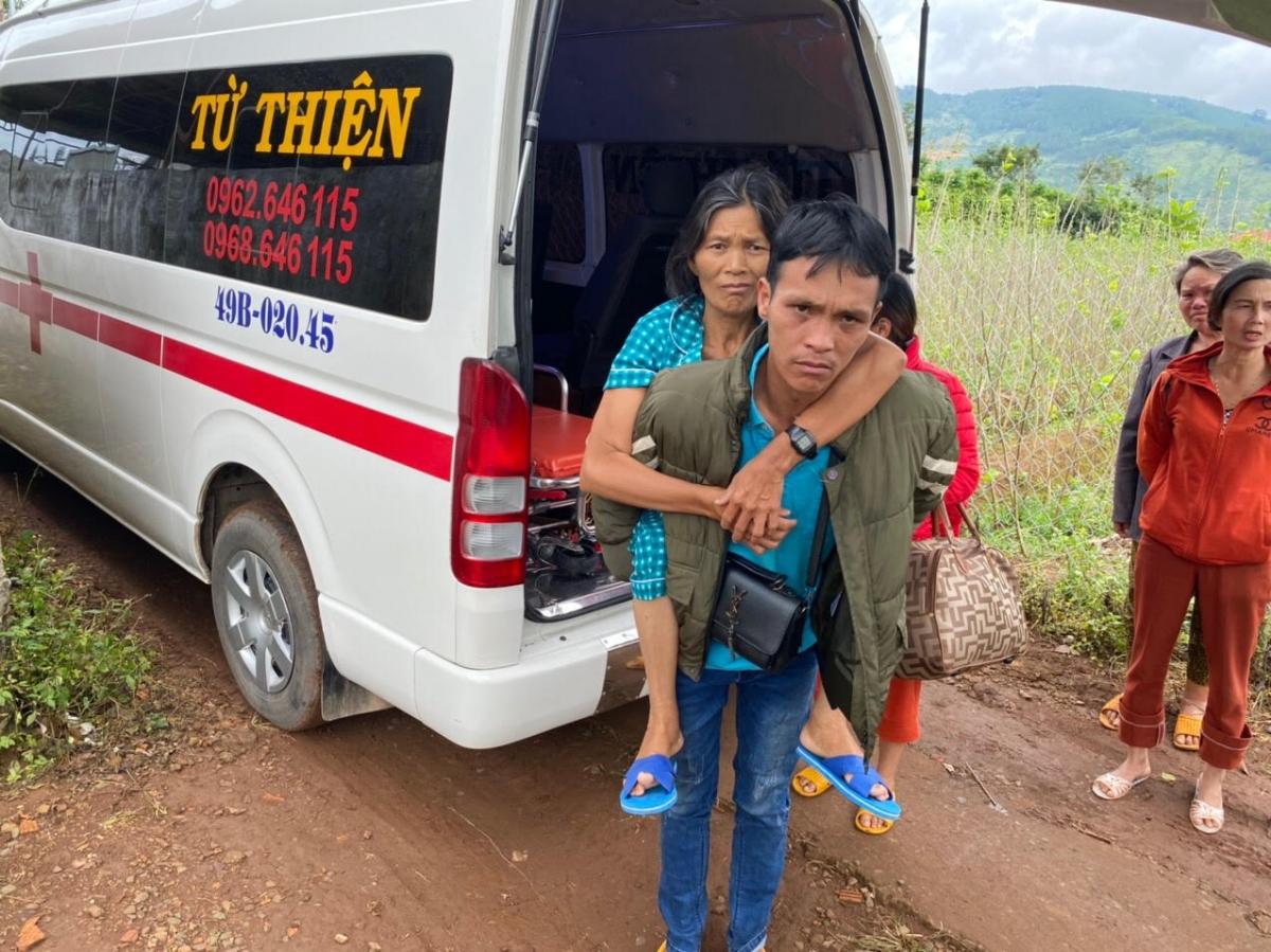 Một bệnh nhân được nhóm xe cấp cứu từ thiện hỗ trợ chở đi khám bệnh về.