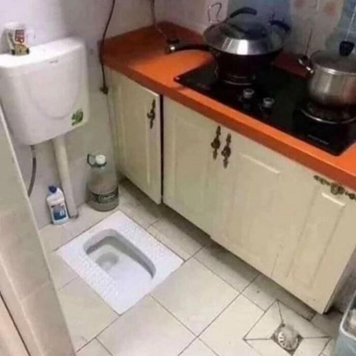 Thắc mắc khó hiểu khi chủ nhà đặt bồn vệ sinh cạnh tủ bếp.