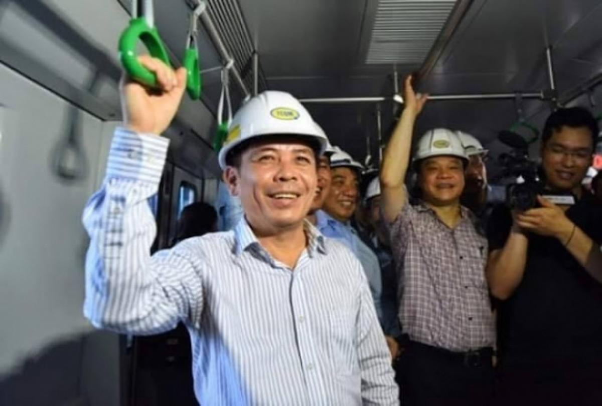 Bộ trưởng Bộ GTVT Nguyễn Văn Thể trong một làn đi kiểm tra tàu Cát Linh - Hà Đông.