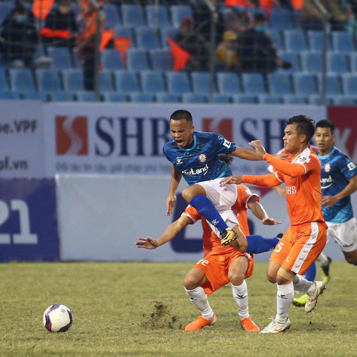 Đà Nẵng (áo cam) vượt qua CLB TPHCM nhờ bàn thắng duy nhất của Đức Chinh. (Ảnh: CLB TPHCM).
