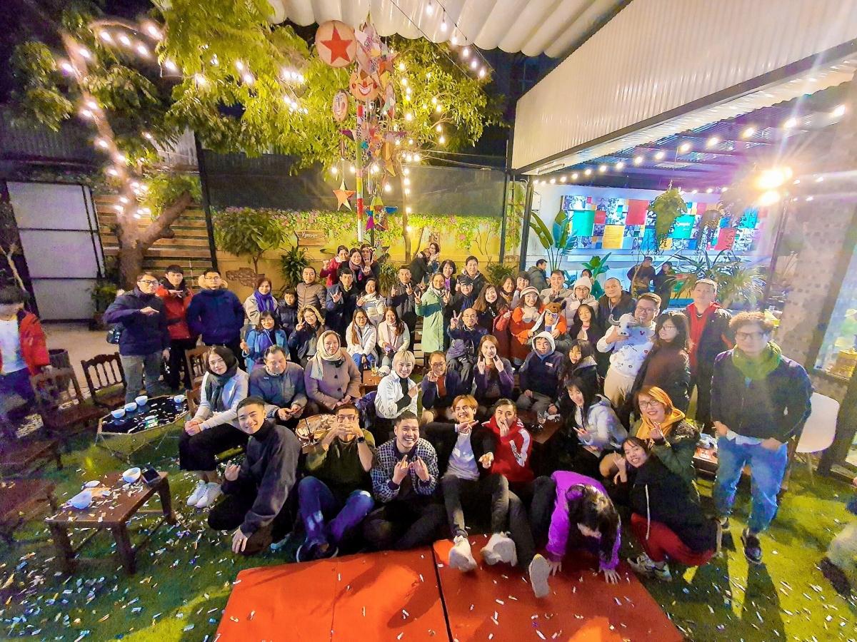 Các nghệ sĩ chụp ảnh với khán giả sau đêm diễn.