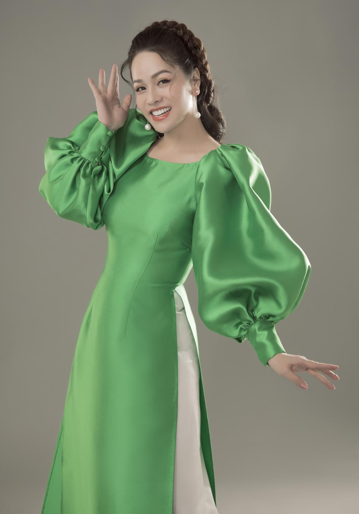 Nhật Kim Anh vừa hé lộ những hình ảnh trẻ trung trong tà áo dài cách tân đơn sắc của nhà thiết kế Thuỷ Nguyễn.