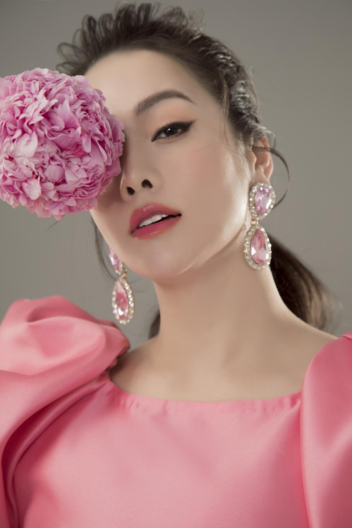 Khác với các nghệ sĩ khác trong showbiz, Nhật Kim Anh rất ít khi thay đổi phong cách cho bản thân.