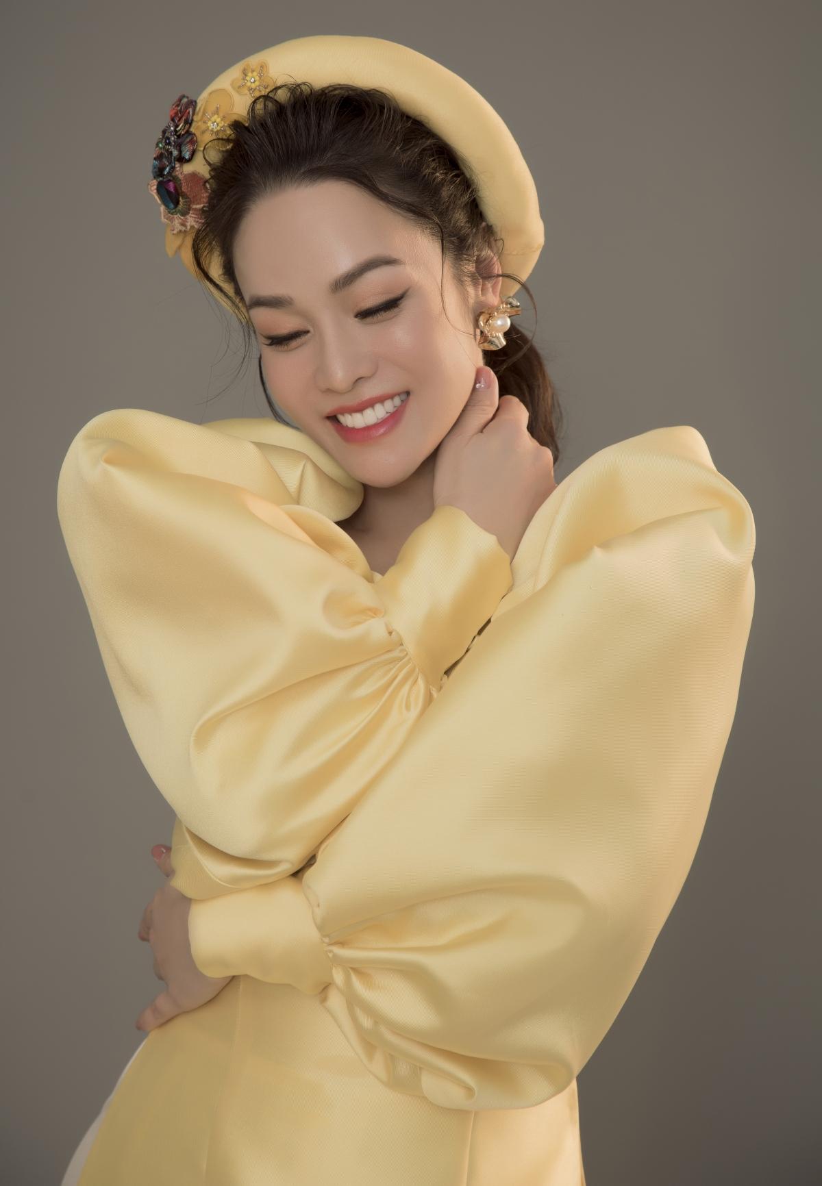 Trong bộ hình mới, Nhật Kim Anh lựa chọn kiểu trang điểm và làm tóc dịu dàng, tự nhiên. Cô chọn kiểu tóc búi nửa đầu với những lọn tóc uốn nhẹ nhàng, phối cùng mấn đính kết.