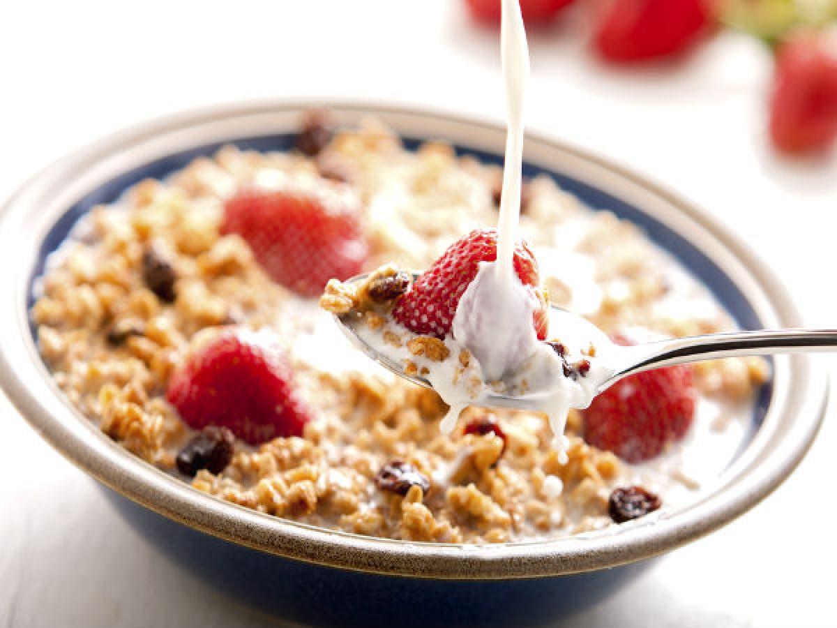 Nước ép trái cây và ngũ cốc: Tổ hợp món ăn này sẽ không cung cấp đủ năng lượng bạn cần trong ngày. Hơn nữa, lượng axit có trong nước ép trái cây làm giảm chức năng của các enzyme chịu trách nhiệm phân hóa carbohydrates.