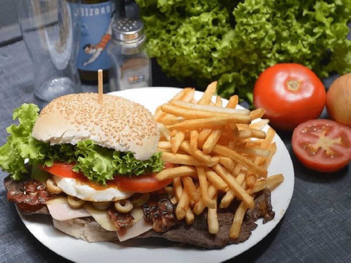 Hamburger và khoai tây chiên: Hamburger và khoai tây chiên đều có hàm lượng tinh bột và chất béo chuyển hóa rất cao, do đó hai món này kết hợp sẽ làm tăng vọt mức cholesterol và mức đường huyết trong cơ thể, đồng thời khiến bạn mệt mỏi và buồn ngủ.