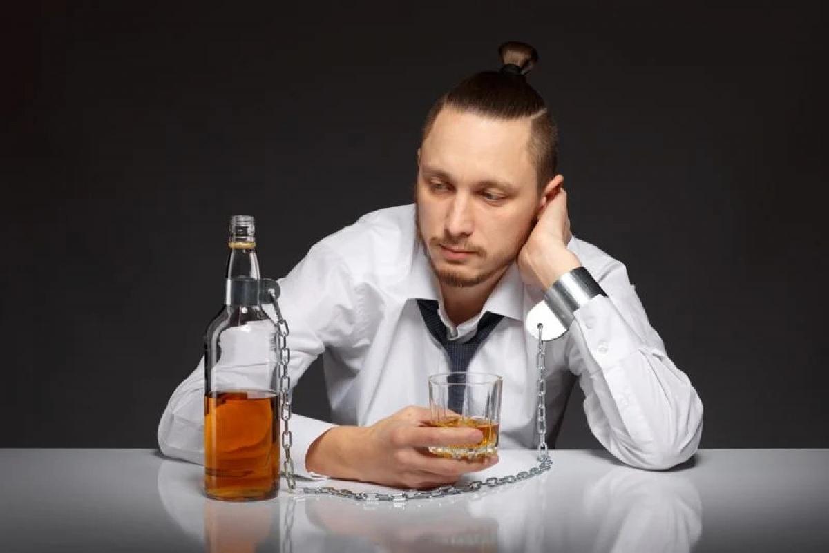 Không kiểm soát được việc uống rượu bia: Dấu hiệu nhận biết rõ ràng nhất của chứng nghiện rượu là việc uống rượu không tự chủ. Đó là bởi khoái cảm khi cơn thèm rượu được thỏa mãn đã lấn át lý trí và khả năng tự chủ của người nghiện rượu.