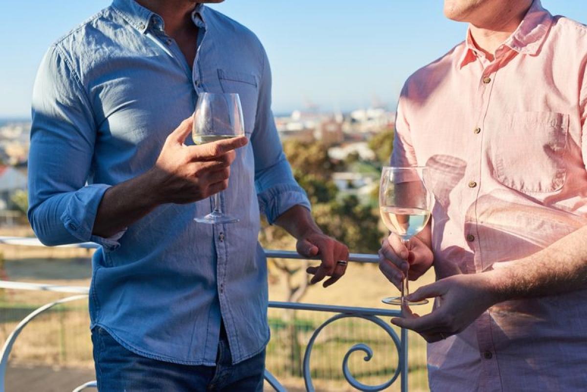 Dễ dàng kết thân với người khác: Như đã nói ở trên, người nghiện rượu có khả năng phán đoán và phân tích kém, do đó họ rất dễ tin tưởng và kết thân với người khác, thậm chí tiết lộ bí mật cá nhân cho những người mới quen.