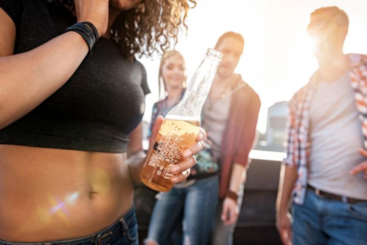 Tự tin thái quá: Hơi men dễ khiến người ta cảm thấy tự tin và phóng khoáng hơn bình thường. Đây là một đặc điểm nhận dạng chung của những người lạm dụng rượu bia./.