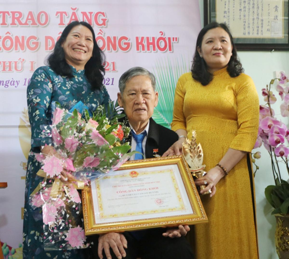 """Ông Huỳnh Văn Cam được nhận danh hiệu """" Công dân Đồng Khởi"""""""