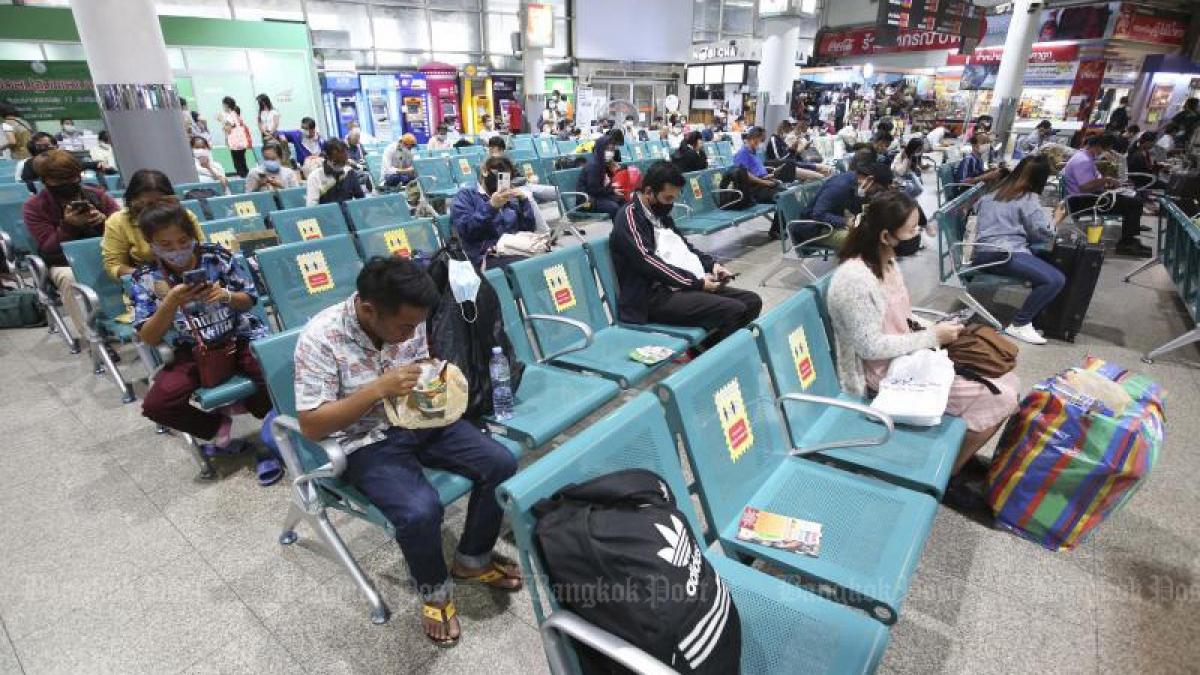 Hành khách thực hiện giãn cách xã hội tại nhà chờ ở bến xe. (Ảnh: Bangkok Post)