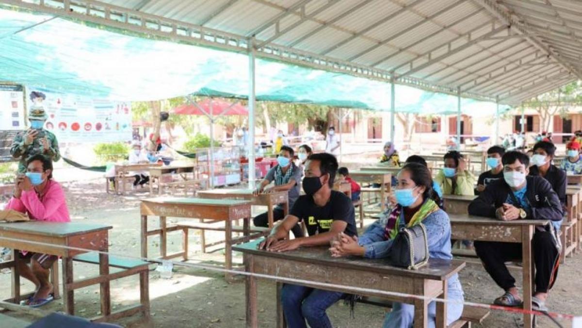 Lao động Campuchia trở về từ Thái lan đợi làm xét nghiệm Covid-19. (Ảnh UBND tỉnh Battambang).