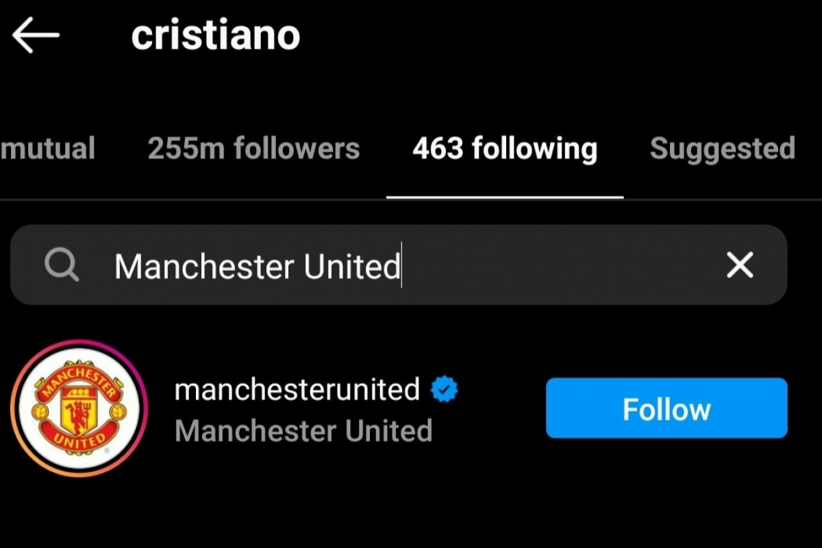 "Cristiano Ronaldo bấm ""theo dõi"" MU trên Instagram. (Ảnh: Express)"