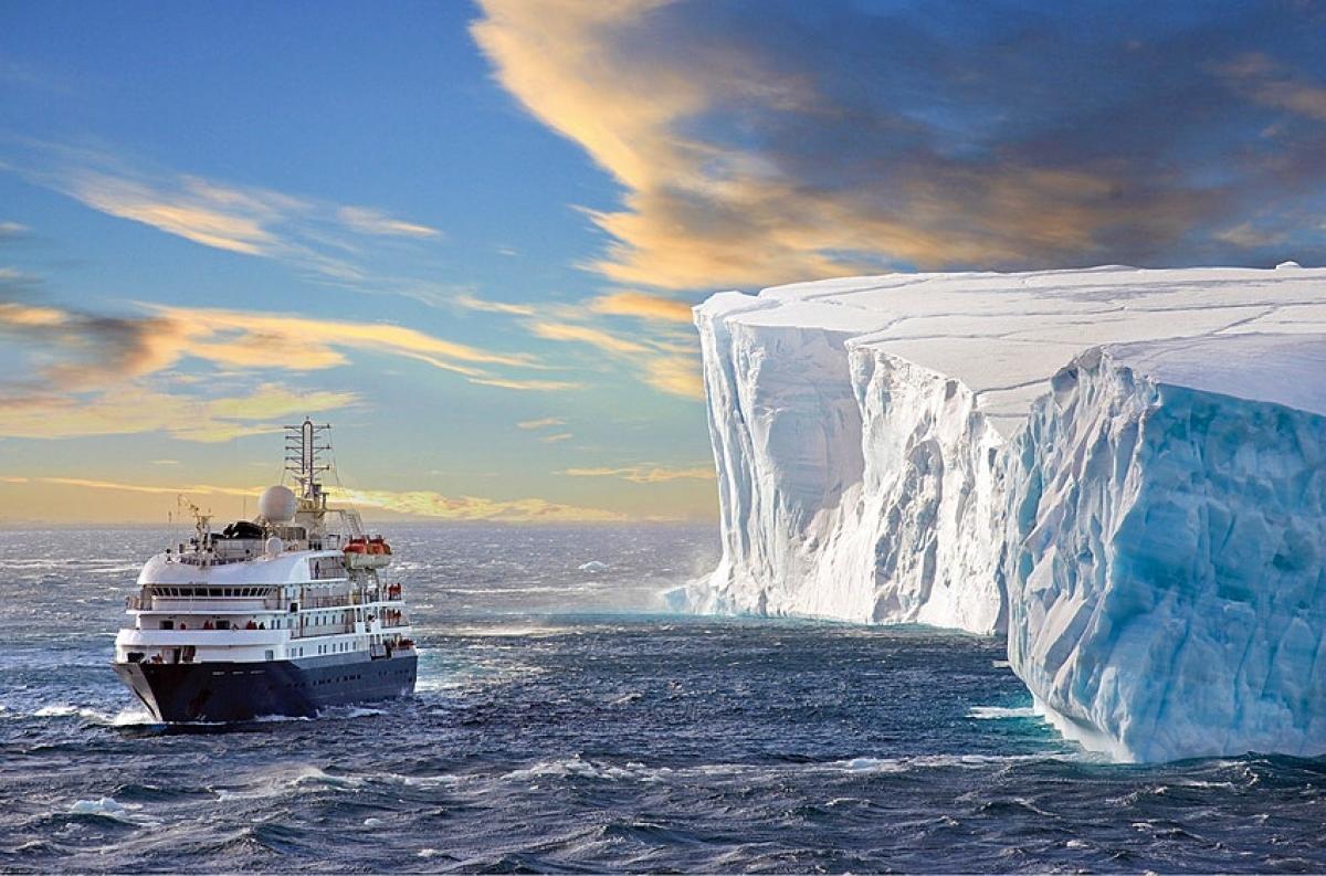 Một trong những trải nghiệm đáng giá nhất của năm 2021 là chiêm ngưỡng nhật thực toàn phần trên du thuyền khám phá Nam Cực. Chuyến đi hiếm có này sẽ diễn ra vào đầu tháng 12/2021. Trước đó, du khách cần lên chuyến tàu Sea Spirit, rời bến ngày 20/11 tại Ushuaia, Argentina. Hải trình dài 23 ngày sẽ đưa du khách lênh đênh trên Đại Tây Dương, tới quần đảo South Georgia, Falkland Islands, bán đảo Nam Cực và ngắm nhật thực toàn phần.