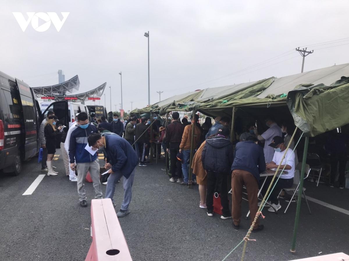 Mọi phương tiện được đi qua chốt đều phải dừng lại đo thân nhiệt, khai báo y tế chặt chẽ dưới sự hướng dẫn của lực lượng CSGT.