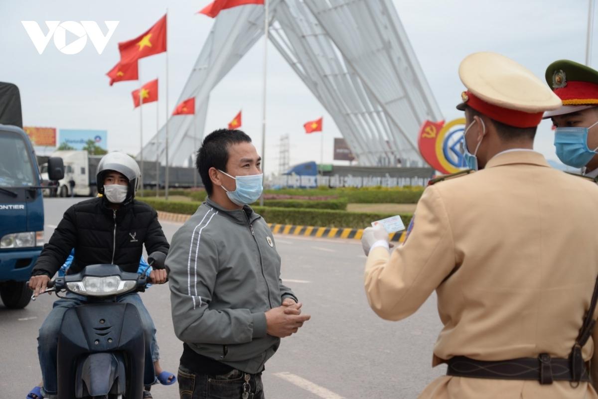 CSGT Công an tỉnh Quảng Ninh đang phối hợp các lực lượng TX Đông Triều kiểm soát ra vào tỉnh Quảng Ninh.