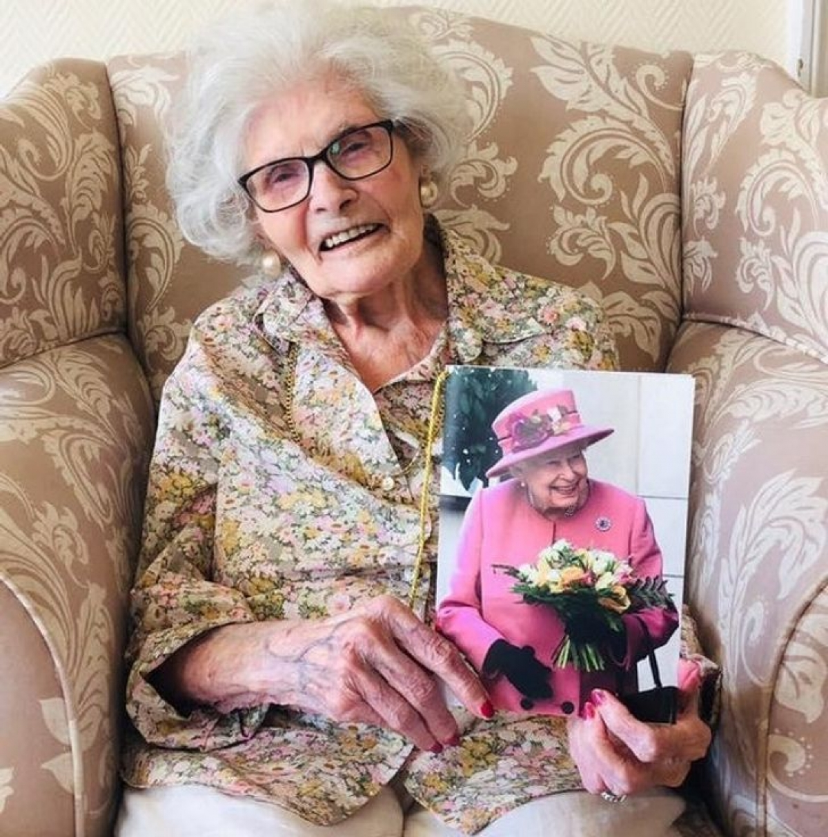 Bà ngoại tôi nhận được thư chúc mừng của Nữ hoàng Anh ngày bà tròn 107 tuổi.