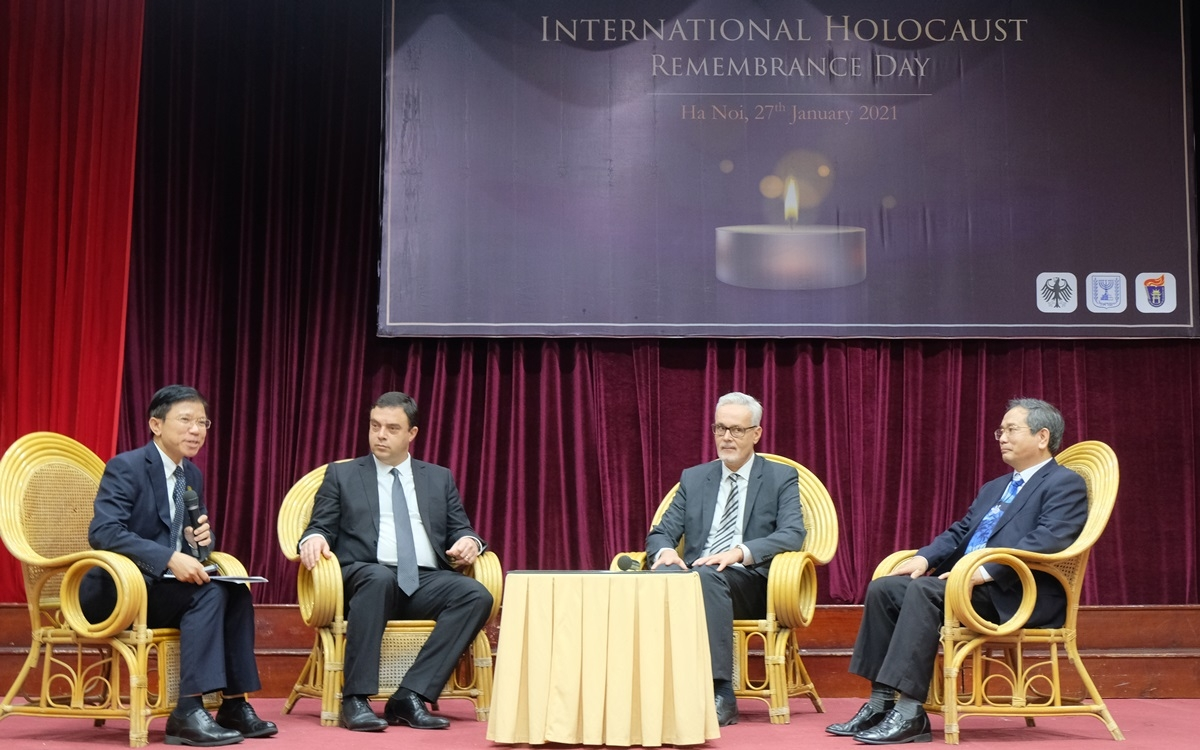 Các đại biểu dự lễ tưởng niệm Holocaust tại Hà Nội hôm 27/1 thảo luận về cuộc diệt chủng Do Thái. Đại sứ Israel Eshcar ngồi ở vị trí thứ 2 từ trái sang, còn Đại sứ Đức Hildner ở vị trí thứ 3 từ trái sang. Ảnh: Việt Anh.