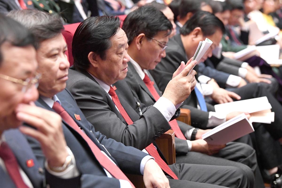 Các đại biểu nghiên cứu tài liệu tại Đại hội lần thứ XIII của Đảng