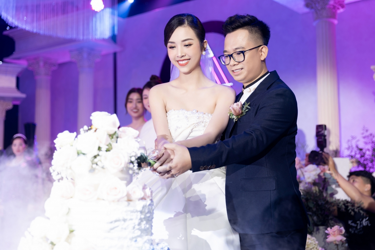 Trong ngày lễ đặc biệt của mình, Á hậu Thuý An vô cùng xinh đẹp nổi bật với những chiếc váy cưới được thiết kế khá ấn tượng. Chọn sắc trắng làm chủ đạo, cô nàng chuẩn bị đến tận 5 bộ váy cho từng hoạt động khác nhau.