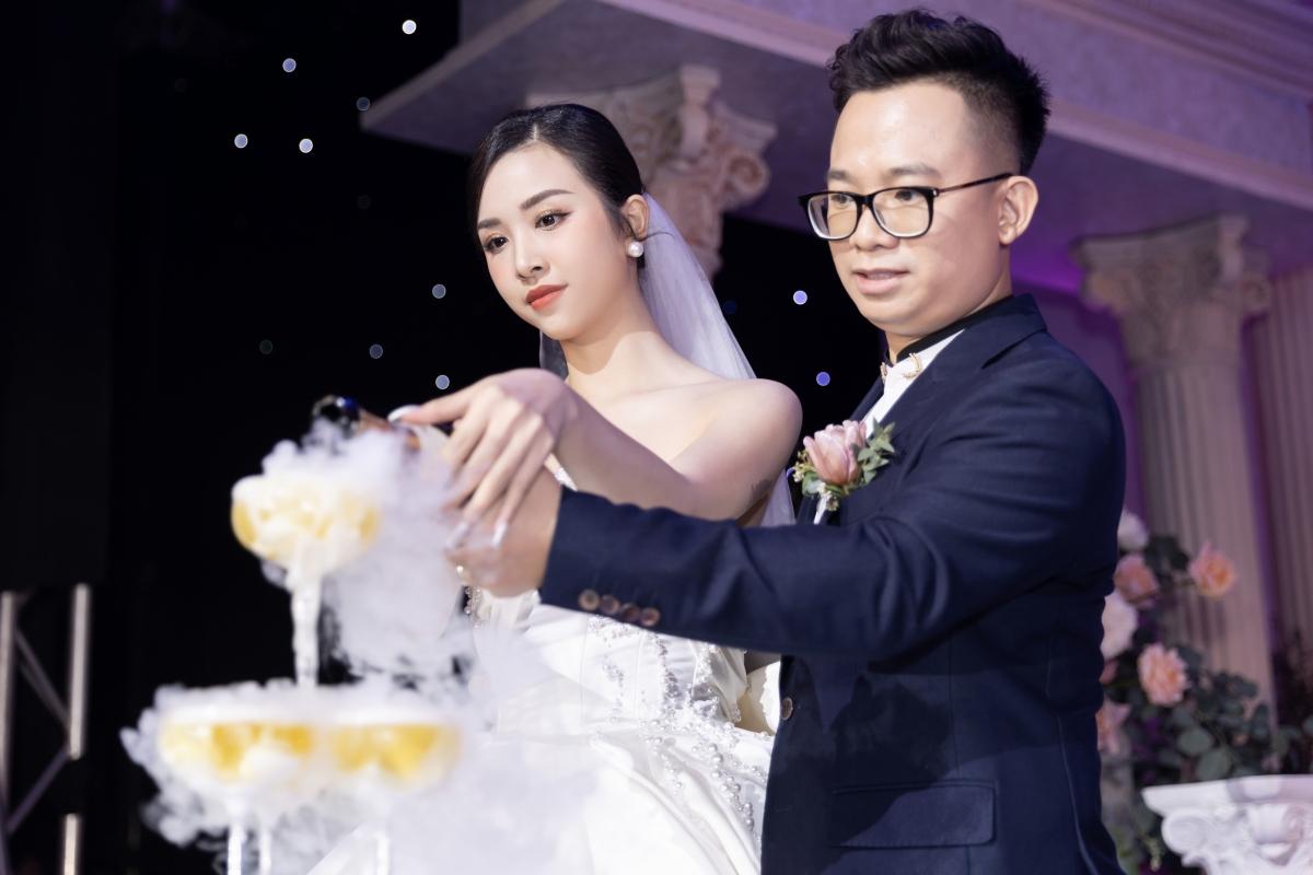 Vì ông xã cũng từng du học tại Châu Âu hơn 10 năm cho nên cả hai đều thống nhất sẽ tổ chức tiệc cưới theo phong cách này.
