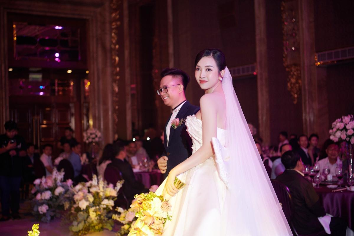 Những tượng bán thân được dàn xếp xung quanh cùng với hoa hồng, nến và ảnh cưới của đôi vợ chồng khiến cho khách mời vô cùng thích thú khi đến dự tiệc.
