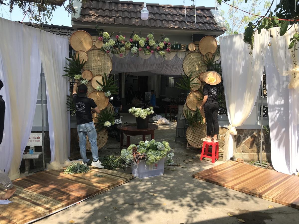 Đặc biệt là cổng hoa được dựng lên từ nia tre và rất nhiều loài hoa quen thuộc như hoa sen, hoa thiên điểu, hoa cẩm tú cầu, hoa hồng,...