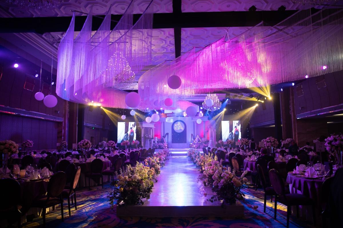 Bữa tiệc diễn ra tại một khách sạn 5 sao ở TP.HCM, trong không gian vô cùng mới lạ được trang trí theo kiến trúc Hy Lạp cổ.