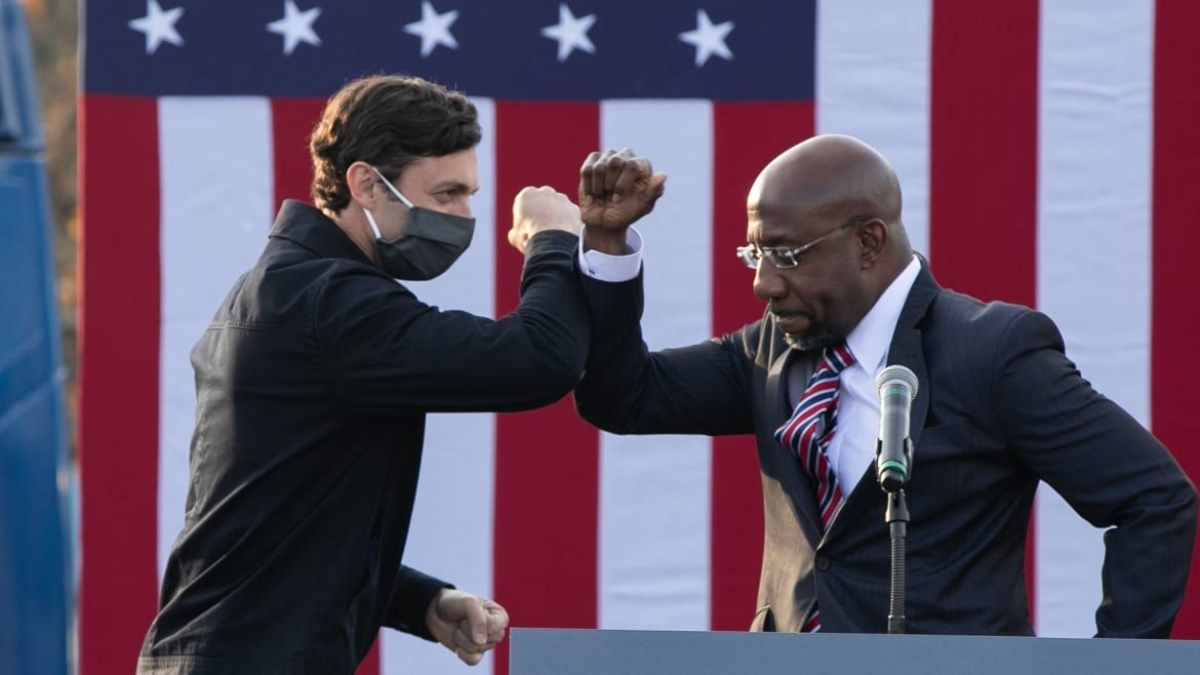 Theo AP, hai ứng viên đảng Dân chủ Jon Ossoff (trái) và Raphael Warnock đã giành chiến thắng trong cuộc đua vào Thượng viện Mỹ tại bang Georgia. Ảnh: Getty