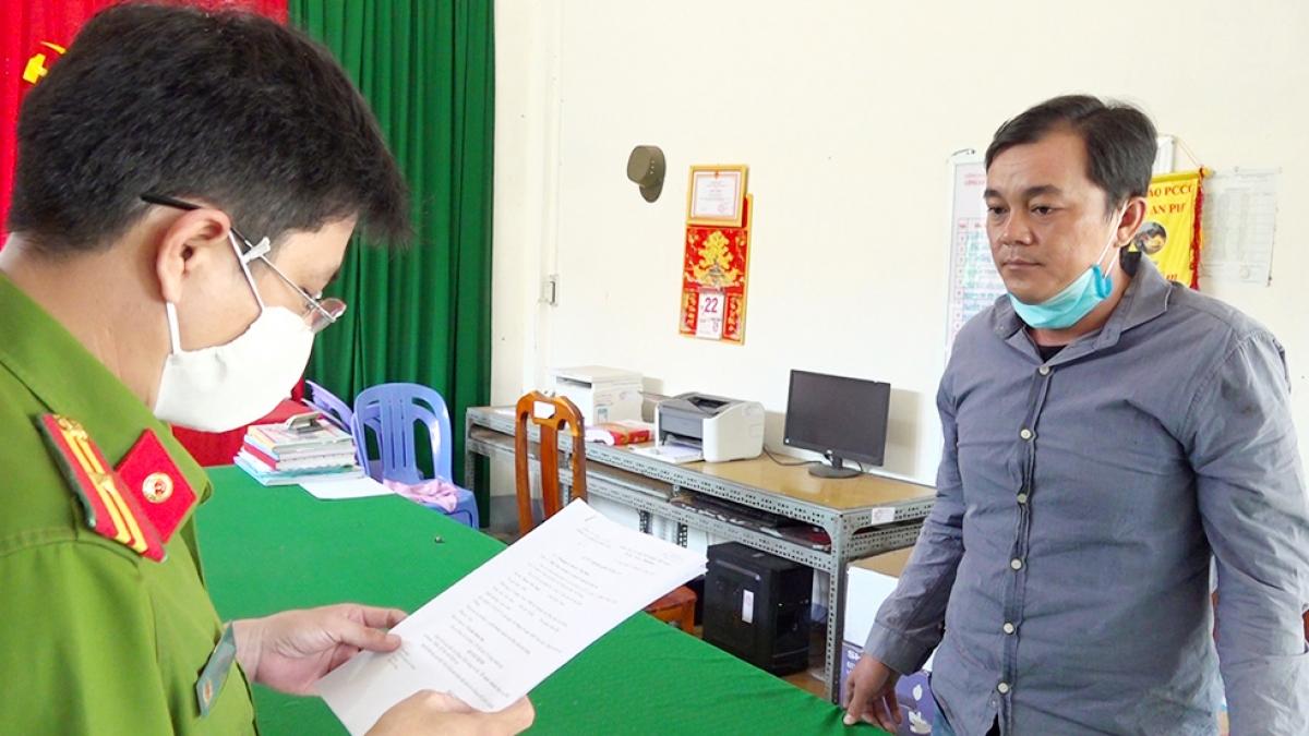 Công an đọc lệnh bắt tạm giam đối tượng Phạm Văn Sang.