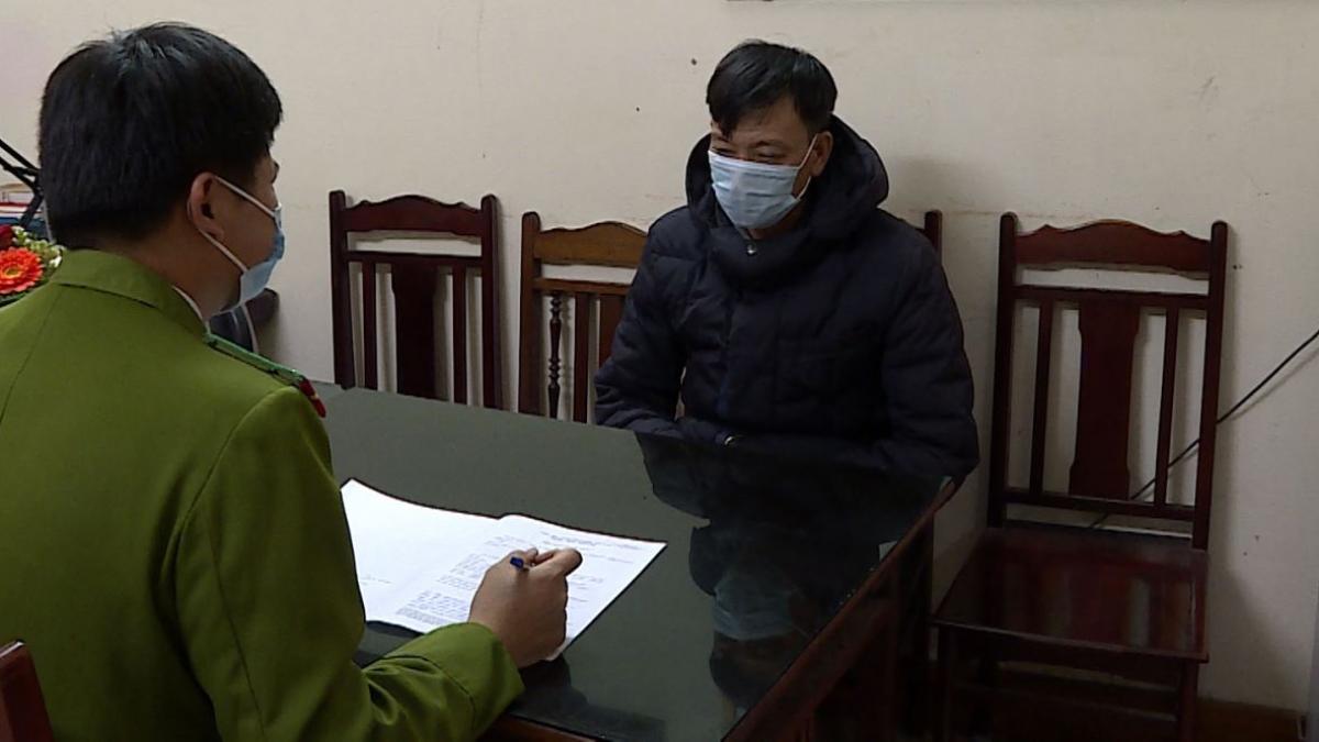 Đối tượng Phạm Văn Hưu tại cơ quan công an. (Ảnh: CA)
