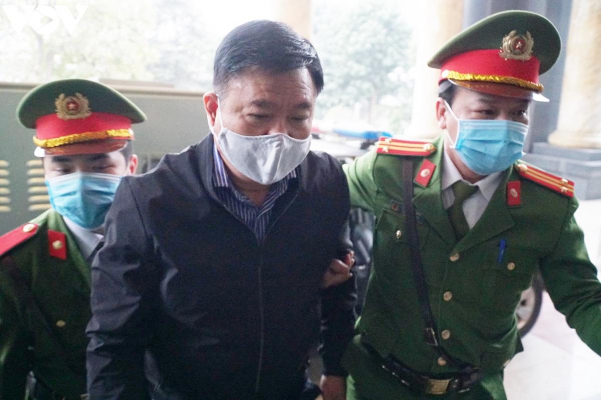 Dẫn giải bị cáo Đinh La Thăng vào tòa.