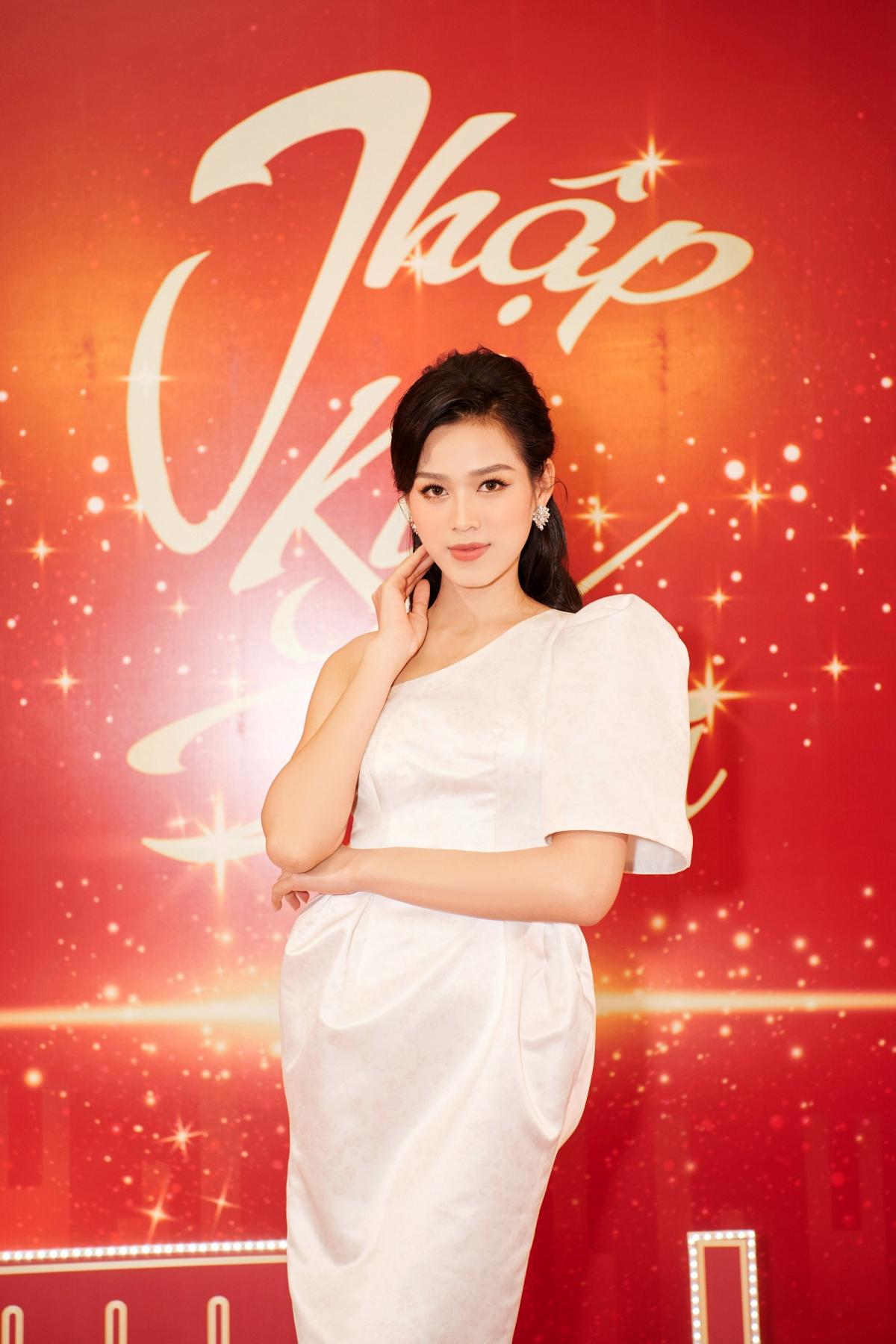 Góp mặt tại chương trình, Đỗ Hà lựa chọn trang phục lệch vai hết sức ngọt ngào, thanh lịch và trang nhã.