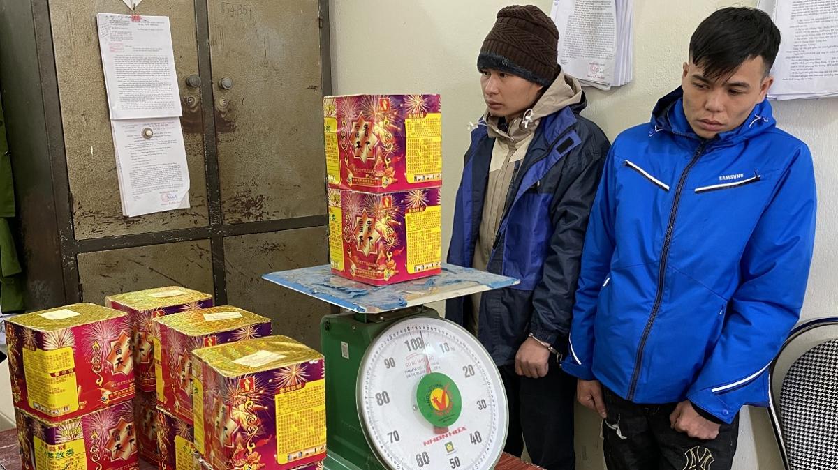 Đối tượng Hoàng Văn Quốc và Chu Phương Khởi vận chuyển 13kg pháo nổ.