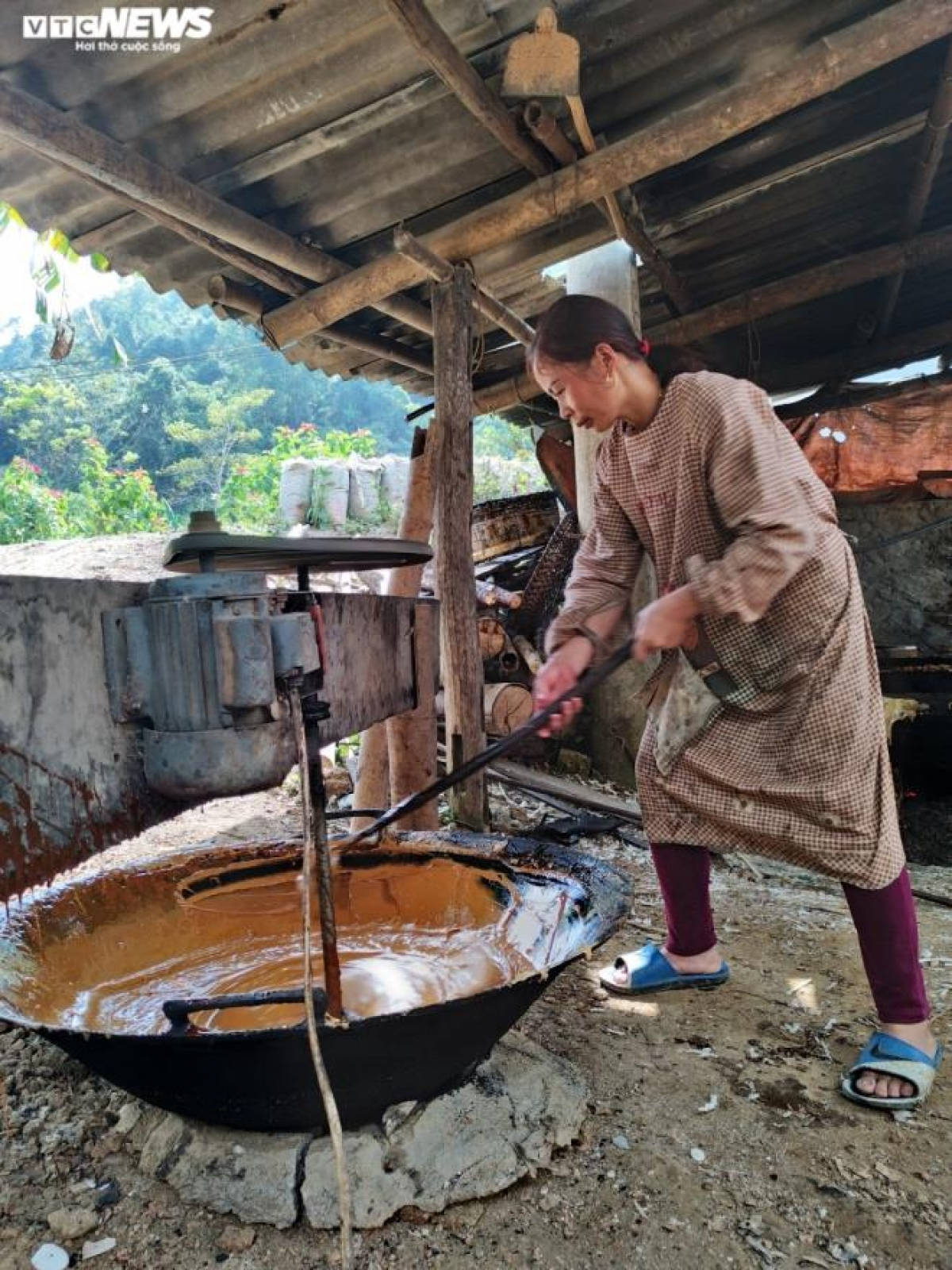Gia đình chị Lâm làm nghề lâu năm nên các thương lái tìm đến đặt mua theo số lượng hoặc chị tự đem ra chợ phiên để bán với mức giá từ 20-25 nghìn đồng/kg đường phên. Những ngày gần Tết, người dân dùng đường phên làm bánh khảo, bánh trôi, hay làm thuốc rất tốt cho sức khỏe.