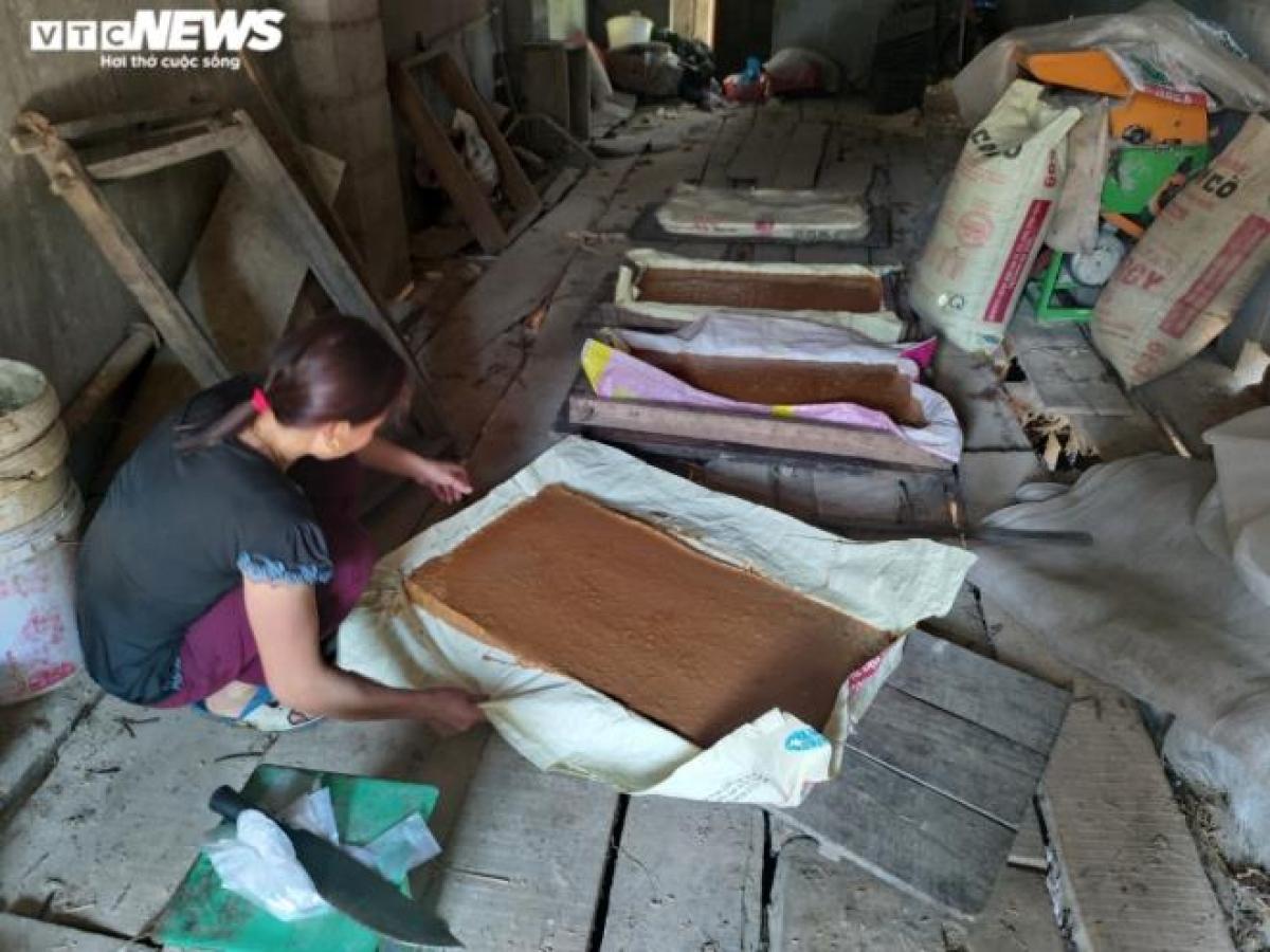 Chị Hà Thị Lâm chia sẻ, nhờ làm thêm đường phên để bán và chăm nuôi, trồng trọt nên gia đình có thêm nguồn thu nhập, từ đó gia đình chị xây được ngôi nhà khang trang hơn, đầu tư thêm máy móc nông nghiệp để phát triển kinh tế.