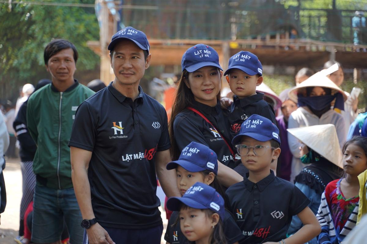 """Lý Hải - Minh Hà cùng các con trên trường quay phim """"Lật mặt: 48H""""."""