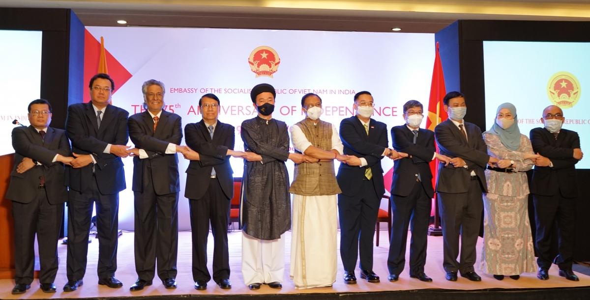 Đại sứ Phạm Sanh Châu cùng các quan khách Ấn Độ tại Lễ kỷ niệm Ngày quốc khánh của Việt Nam.