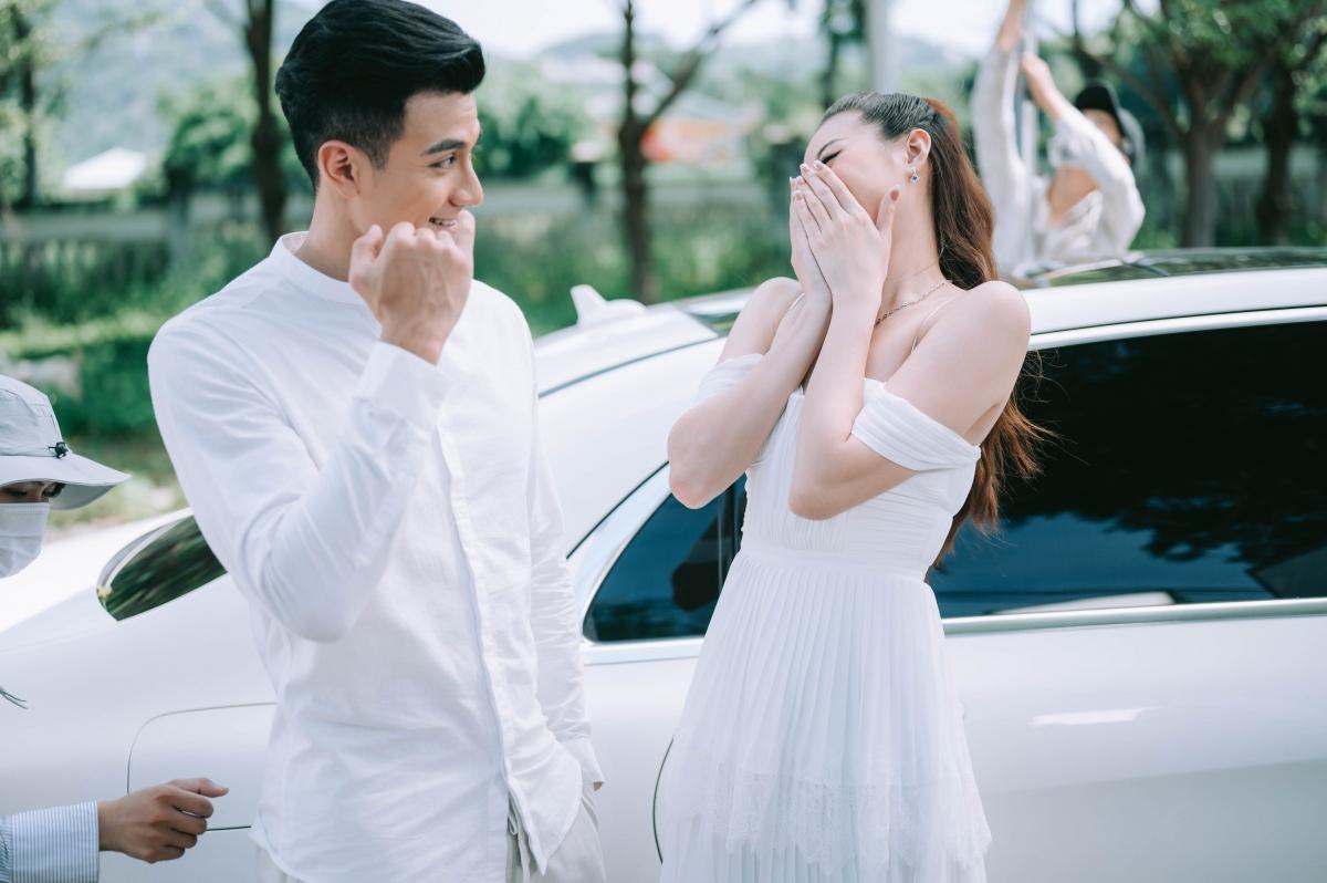 Khánh Vân thân thiết, trò chuyện vui vẻ với nam người mẫu ở hậu trường.