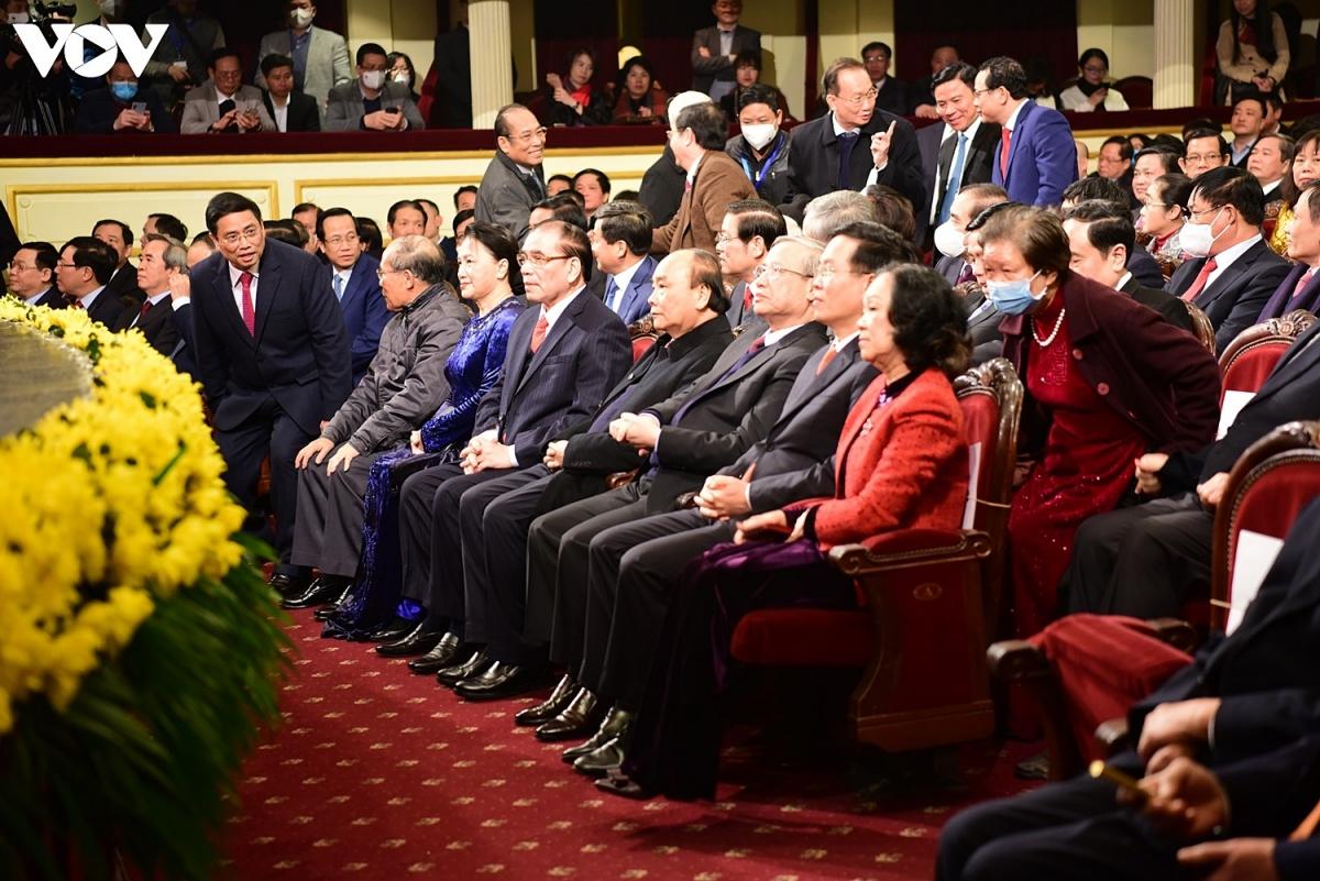 Tới dự buổi lễ có Thủ tướng Nguyễn Xuân Phúc, Chủ tịch Quốc hội Nguyễn Thị Kim Ngân, Thường trực Ban Bí thư Trần Quốc Vượng, cùng nhiều vị lãnh đạo, nguyên lãnh đạo Đảng, Nhà nước.