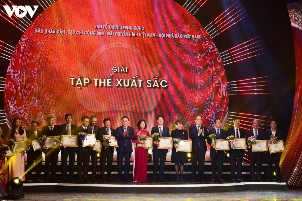 15 đơn vị giành giải Tập thể xuất sắc có đóng góp lớn cho giải Búa liềm vàng, trong đó có VOV. Phó Tổng Giám đốc VOV Trần Minh Hùng (thứ hai từ phải sang) đại diện VOV lên nhận giải.