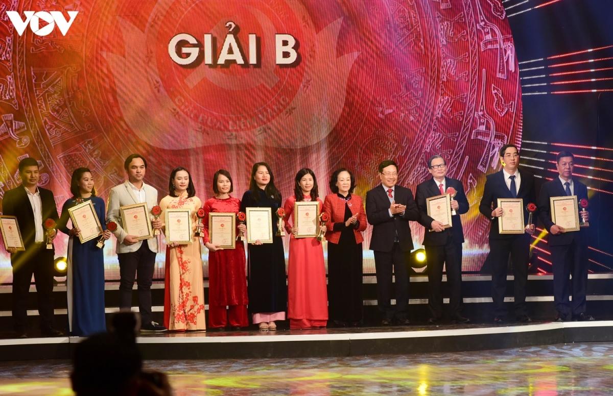 Phó Thủ tướng Phạm Bình Minh và Trưởng Ban Dân vận Trung ương Trương Thị Mai trao giải cho 10 tác giả, nhóm tác giả đoạt Giải B. VOV giành 1 Giải B với tác phẩm Bí thư Tỉnh ủy (VTC16).