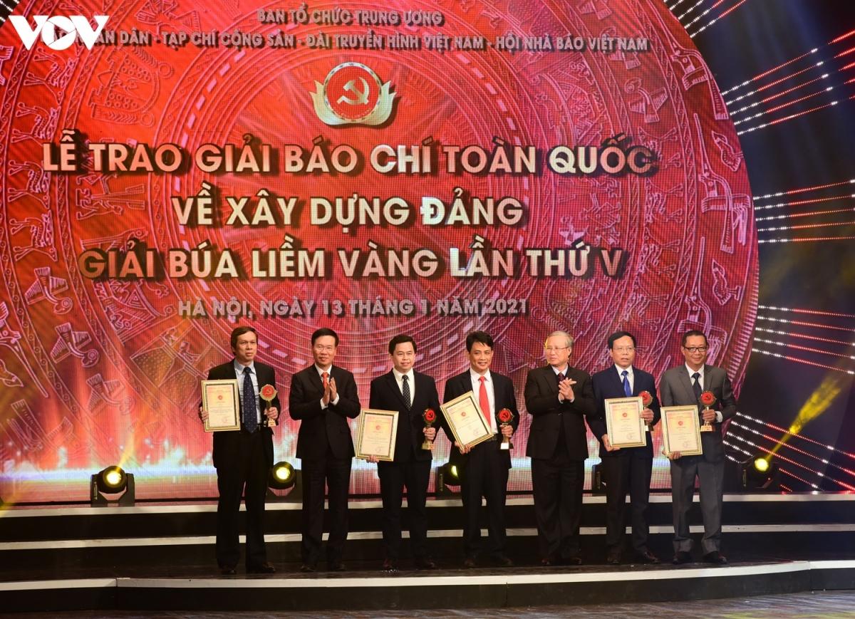 Trưởng Ban Tuyên giáo Trung ương Võ Văn Thưởng và Thường trực Ban Bí thư Trần Quốc Vượng trao giải cho 5 tác giả, nhóm tác giả đoạt Giải A.