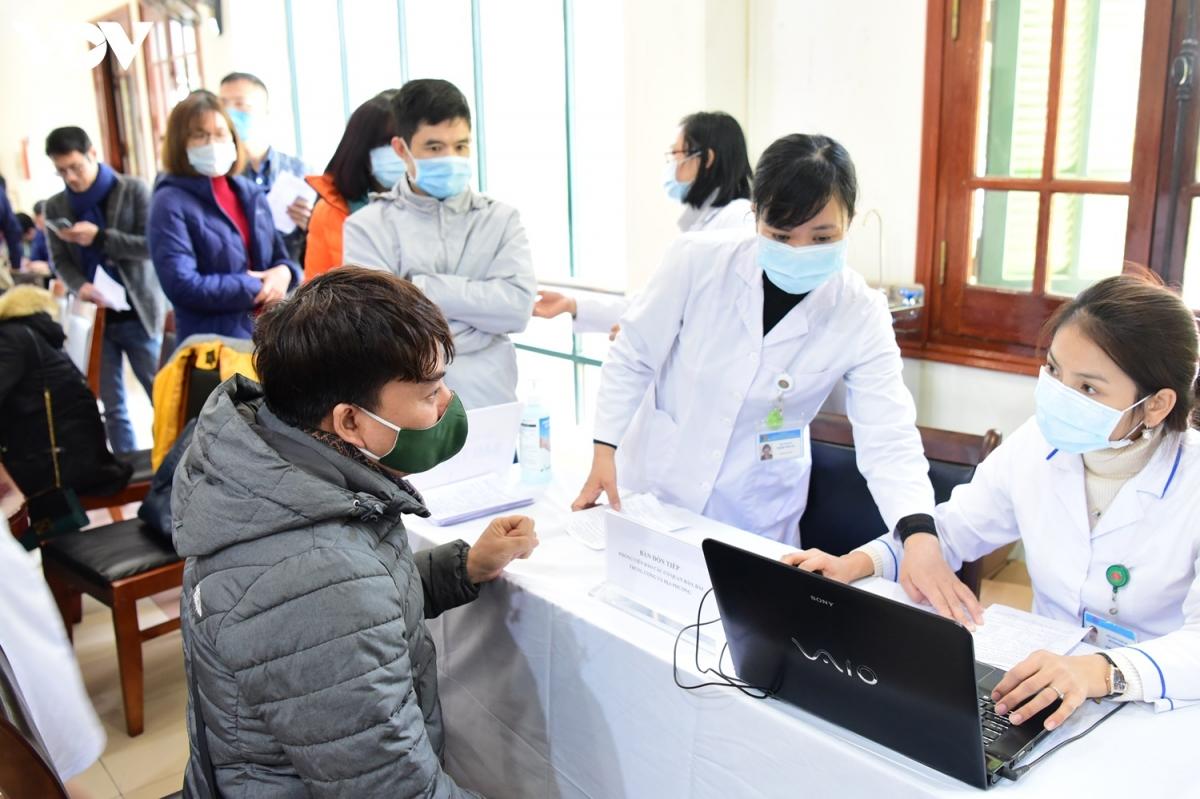Ngày 18/1 tại trụ sở Ban Tuyên giáo Trung ương (Hà Nội), các bác sĩ Bệnh viện E, Hà Nội; Bệnh viện Phổi Trung ương đã tổ chức xét nghiệm Covid-19 cho hơn 350 nhà báo tham gia đưa tin, tuyên truyền cho Đại hội Đảng lần thứ XIII. (Ảnh: Trọng Phú)